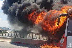 Thanh Hóa: Xe ô tô giường nằm bốc cháy khi trên đường ra Hà Nội