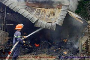 Bình Dương: Hỏa hoạn thiêu rụi kho chứa vải và tiệm tóc bên cạnh
