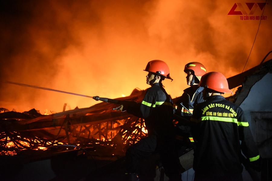 Cháy xưởng gỗ xuất khẩu ở Bình Định